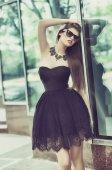 Vrouw in zwarte jurk — Stockfoto