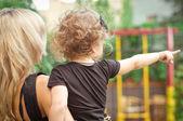 Bambina con madre — Foto Stock