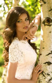 Donna in abito bianco — Foto Stock