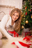 Girl near a new-year tree with a cat — Stock fotografie