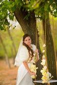 Beyaz elbiseli güzel gelin — Stok fotoğraf