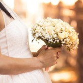 Wedding bouquet in her hands — Stock Photo