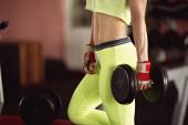 Mujer en el club de la gimnasia deportiva — Foto de Stock