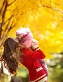 幸福母亲与婴儿在秋天公园 — 图库照片