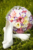Wedding shoes with a bouquet — Stock Photo