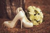 Female wedding shoes with a bouquet — Stockfoto