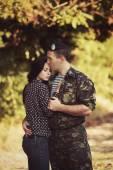 Woman hugging soldier — Fotografia Stock