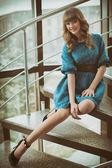 Merdivenlerde oturan güzel kız — Stok fotoğraf