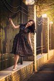 Frau posiert in der Nähe von einem Zaun — Stockfoto