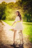 春の庭で自転車の女性 — ストック写真
