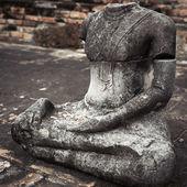 Ancient sandstone sculpture of Buddha at Wat Mahathat ruins. Ayu — Stockfoto