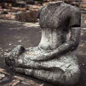 Rovine di scultura antica di arenaria del buddha al wat mahathat. Ayu — Foto Stock