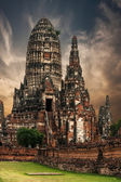 Ancient Buddhist pagoda ruins at Chai Watthanaram temple under s — Stockfoto