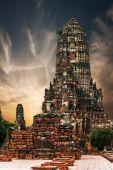 Ancient Buddhist pagoda ruins at Chai Watthanaram temple. Ayutthaya, Thailand — Foto de Stock
