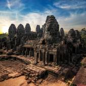 Amazing view of Bayon temple at sunset. Angkor Wat, Cambodia — Stockfoto