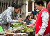 People selling food at asian market. Laos — Stock Photo