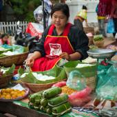 卖食品在亚洲市场的人。老挝 — 图库照片