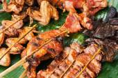 Traditional asian food at market. Delicious spicy grilled chicken — Stock Photo