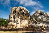 Statue of reclining Buddha at Wat Lokayasutharam. Ayutthaya, Thailand — Stok fotoğraf