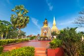King Setthathirath statue and Pha That Luang Pagoda — Stock Photo