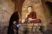 Burmese man brings religious offerings to Buddha — Stock Photo