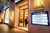 Multi varumärke boutique skyltfönster. — Stockfoto