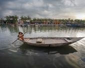 Vietnamese women in traditional boat. — Stock fotografie