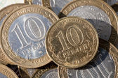 Coin ten rubles on a background paper notes worth a hundred rubles — Stockfoto