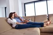 Koppel op sofa — Stockfoto