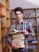 Adolescente en biblioteca — Foto de Stock