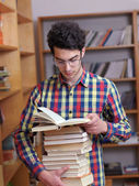 Teenager in library — Fotografia Stock