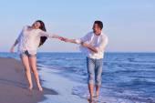 Jeune couple sur la plage de s'amuser — Photo