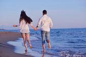 молодая пара на пляже весело — Стоковое фото