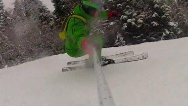 Hombre del deporte esquí cuesta abajo en invierno con cámara lenta — Vídeo de stock