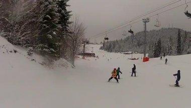 Ski sport man neråt på vintern med slow motion — Stockvideo
