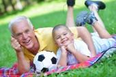 Mutlu büyükbaba ve çocuk parkı — Stok fotoğraf