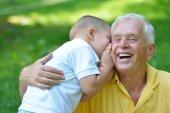 Avô feliz e criança no parque — Fotografia Stock