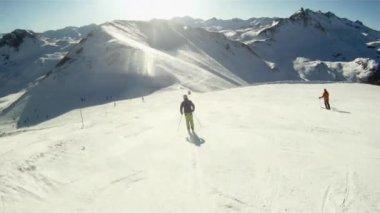 лыжный спортивный человек — Стоковое видео