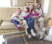 Familia joven feliz en casa — Foto de Stock