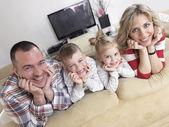 счастливая молодая семья дома — Стоковое фото