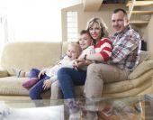 Mutlu genç bir aile evde — Stok fotoğraf