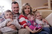 Giovane famiglia felice a casa — Foto Stock