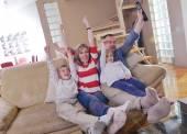 Šťastná rodina doma dívat na televizi — Stock fotografie