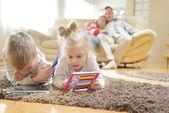 Mladá rodina doma — Stock fotografie