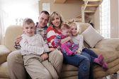 Szczęśliwe młode rodziny w domu — Zdjęcie stockowe