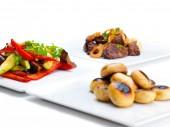 新鮮な肉のグリル、マッシュルームと野菜 — ストック写真