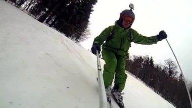Esquiador cuesta abajo con la cámara en su casco y en la mano — Vídeo de Stock