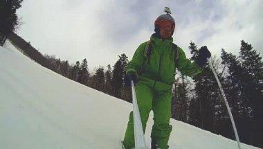 Skieur dans les descentes avec caméra sur son casque et dans la main — Vidéo