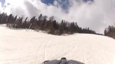 Skifahrer gehen bergab mit Kamera auf seinem Helm — Stockvideo