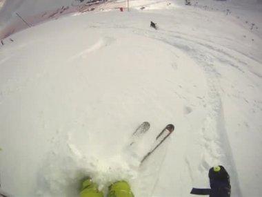 彼のヘルメットにカメラで下り坂のスキーヤー — ストックビデオ